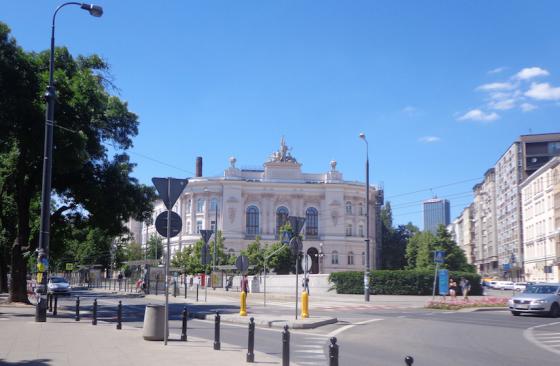 Main Building Warsaw University of Technology dari kejauhan. Foto diambil saat Summer Break bulan Juli 2015. Sumber foto : dokumen pribadi.